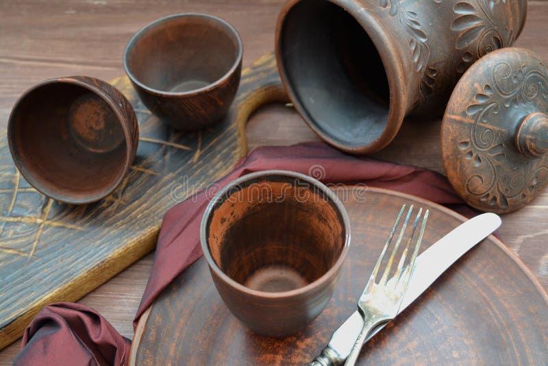 布朗陶瓷餐具和木objets在俄国样式 图库摄影