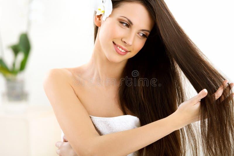 布朗头发。有长的头发的美丽的妇女。 免版税库存照片