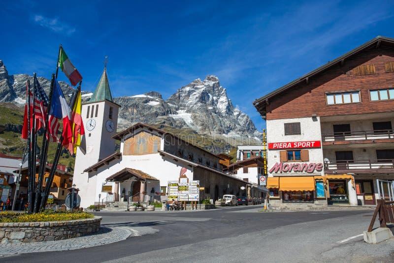布罗伊尔Cervinia、山旅游瓦尔图尔嫩凯瓦尔d `奥斯塔的镇、monucipality,著名冬天和夏天滑雪驻地,它 免版税库存照片