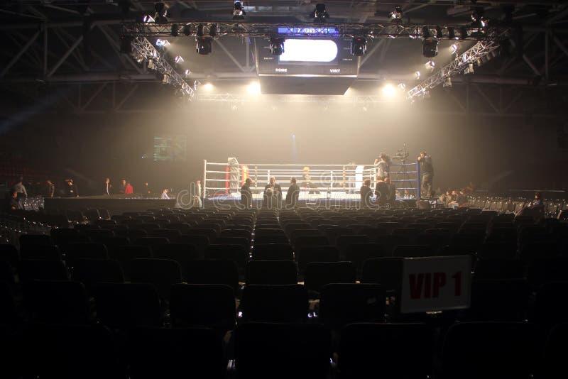 布罗瓦里,乌克兰, 04 12 2010年拳击赛的准备在观众的大厅里 免版税图库摄影