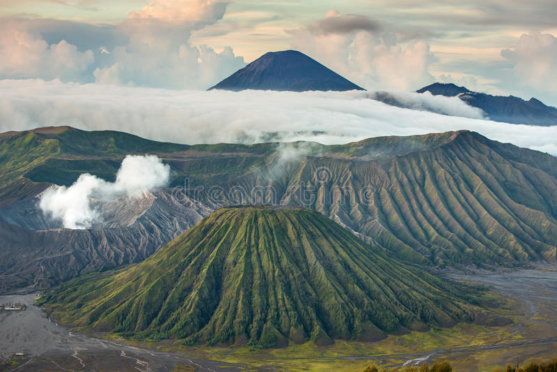 布罗莫火山和Batok火山,东爪哇省,印度尼西亚 免版税库存图片