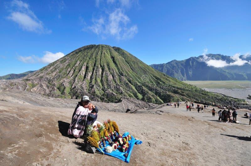 布罗莫火山的未认出的花卖主 免版税库存图片
