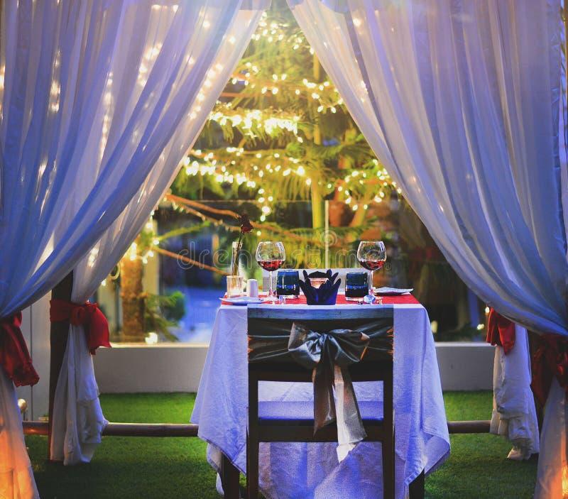 布置晚餐的桌与酒浪漫样式 图库摄影