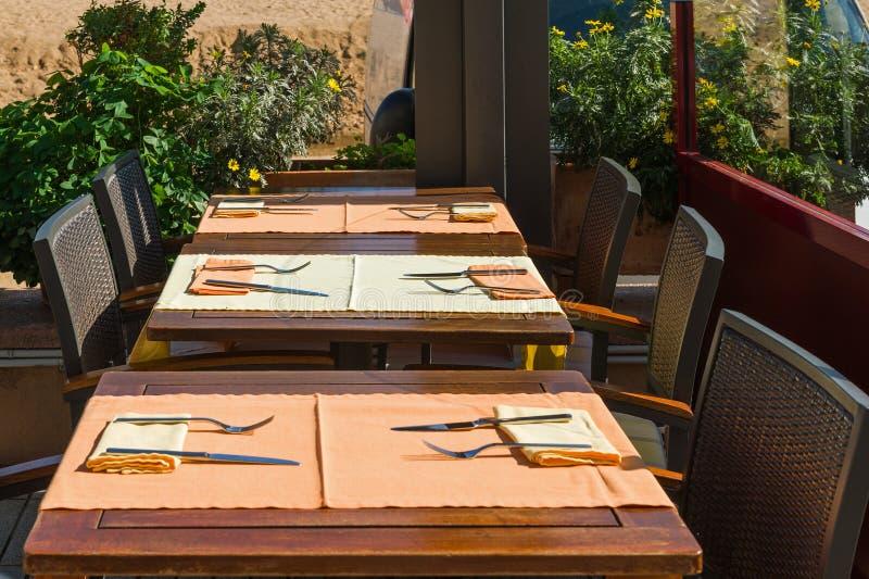 布置桌在外部饭厅 库存图片