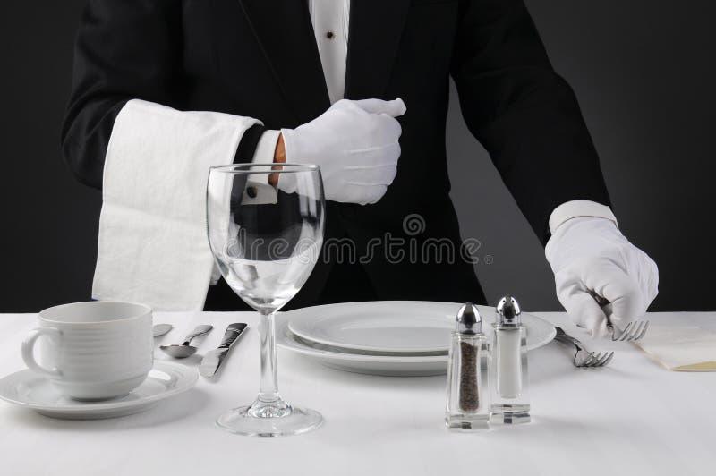 布置正式饭桌的等候人员 库存图片