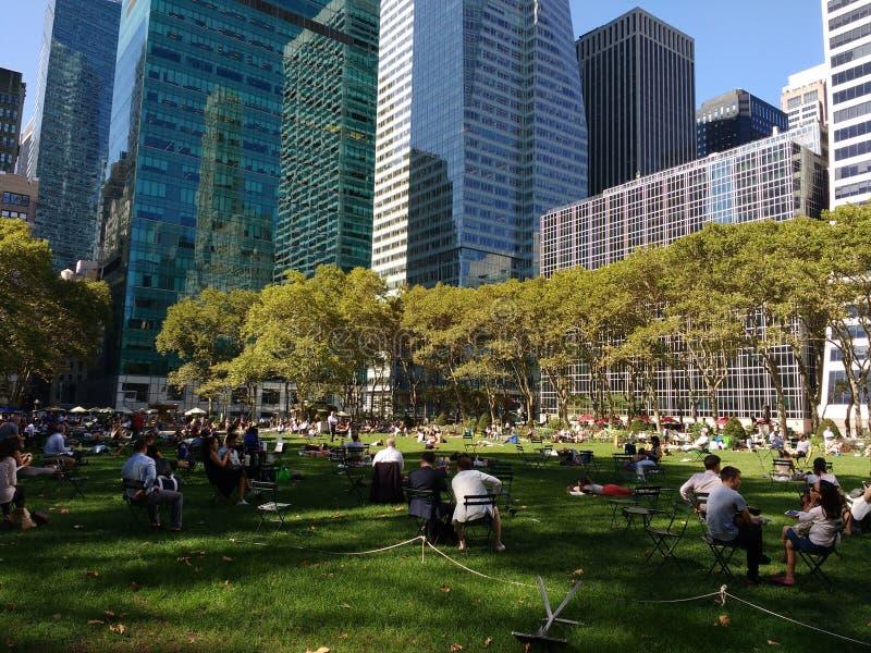 布耐恩特公园草坪,人们坐草, NYC, NY,美国 库存图片