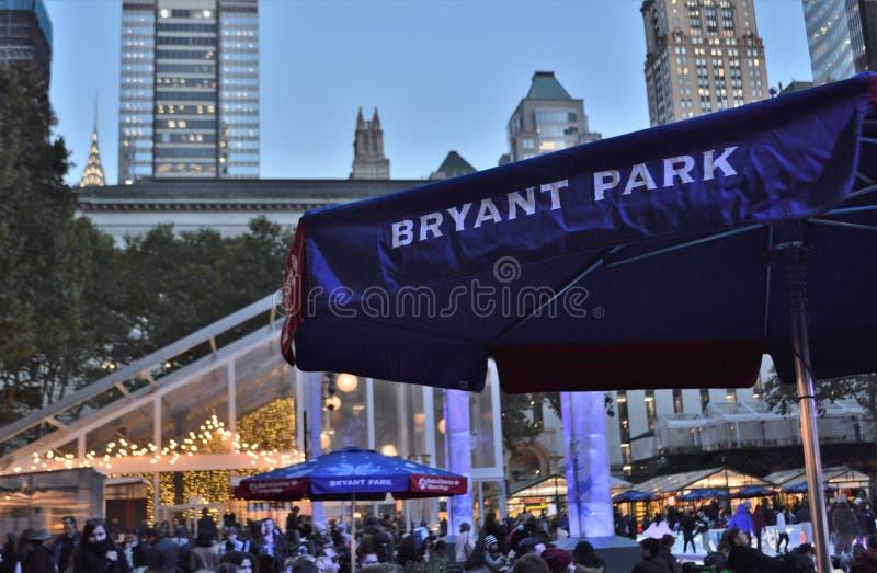 布耐恩特公园NYC晚上寒假光和背景圣诞节节日纽约 免版税图库摄影