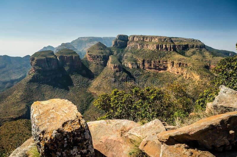 布莱德河峡谷,三rondawels 对峡谷的观点 非洲著名kanonkop山临近美丽如画的南春天葡萄园 库存图片