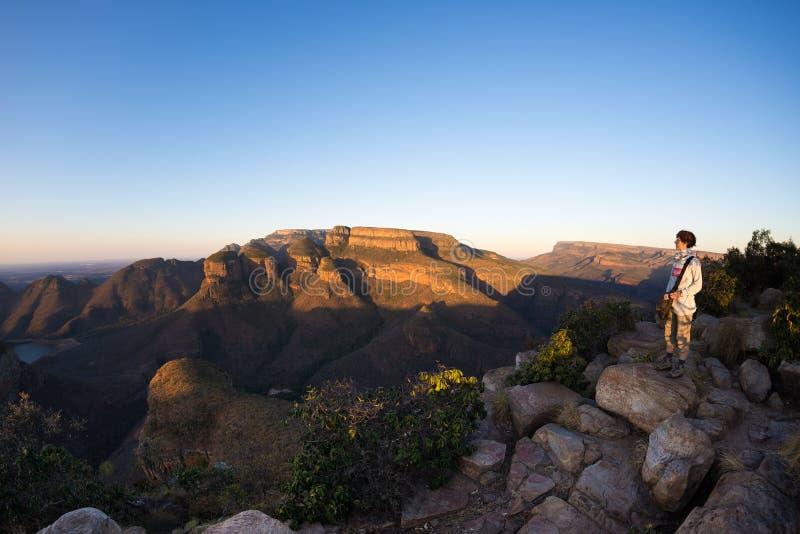 布莱德河峡谷,旅行目的地在南非 看全景的游人 在山土坎的前阳光 Fisheye 库存图片