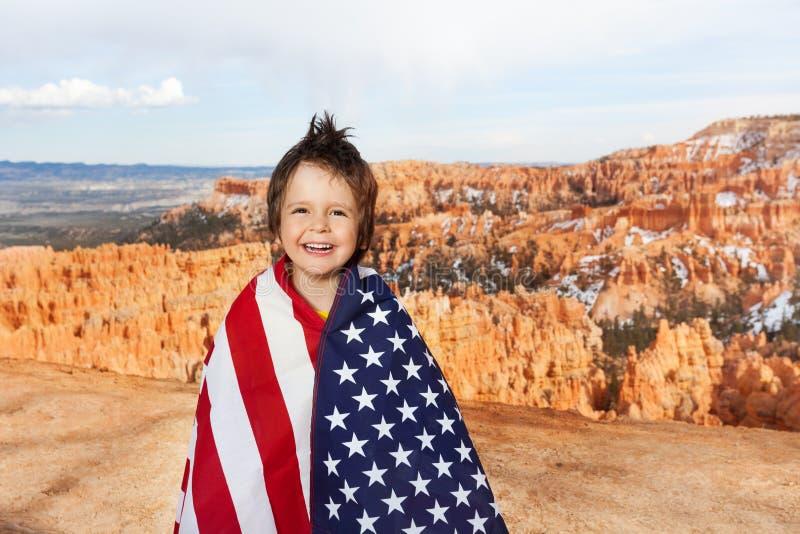 布莱斯峡谷国家公园和男孩有美国旗子的 图库摄影