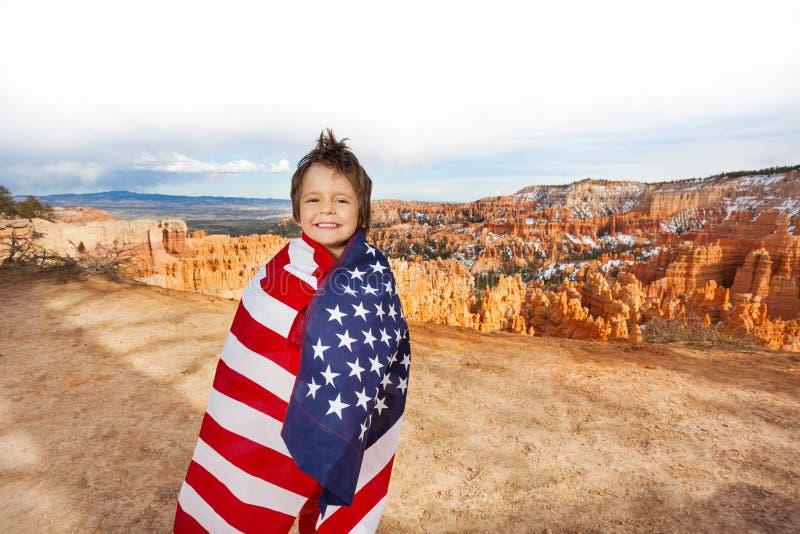 布莱斯峡谷国家公园,有美国国旗的男孩 库存图片