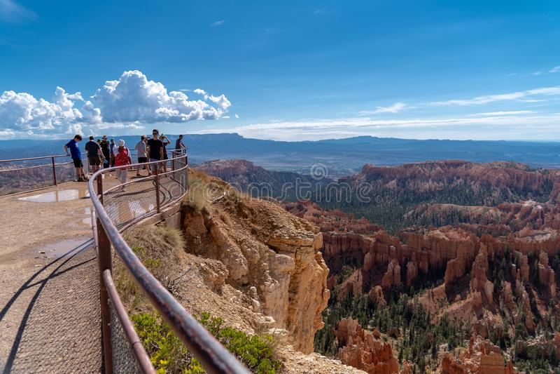 布莱斯,犹他:游人和徒步旅行者享用在布莱斯峡谷国家公园忽略场面 库存照片