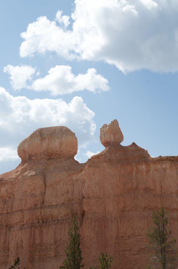 布赖斯与多云天空风景的峡谷不祥之物 免版税库存图片