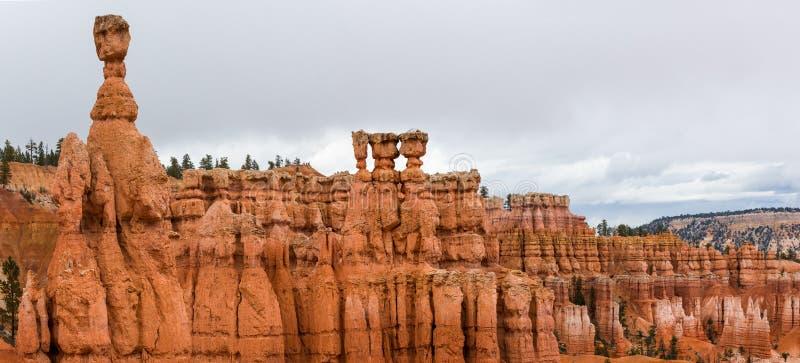 布赖斯峡谷的全景照片与托尔的锤子的 免版税库存照片