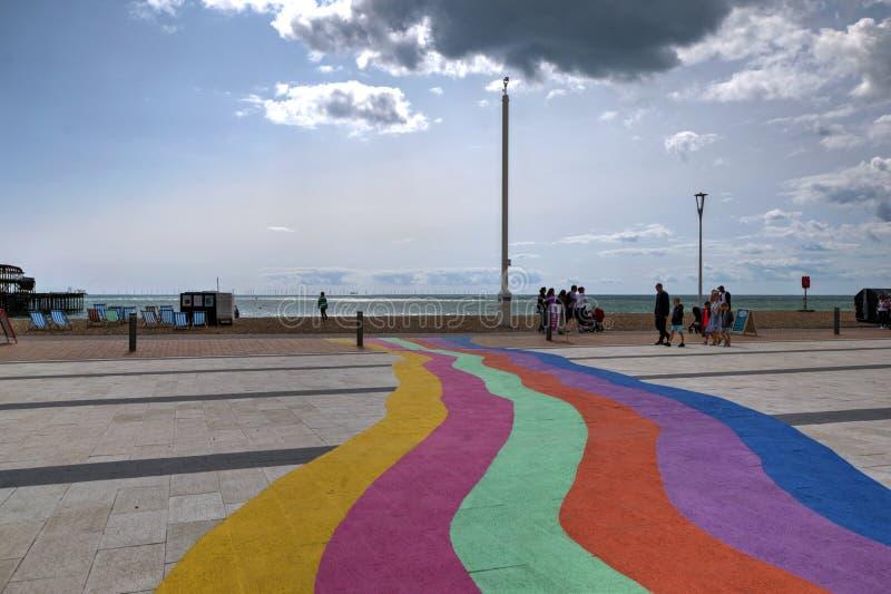 布赖顿沿海岸区,英国,显示彩虹颜色被绘在路面上 库存照片