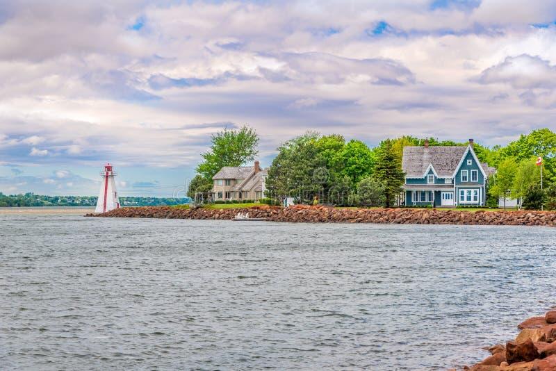布赖顿海滩在布赖顿-夏洛特敦,加拿大的附近范围向前灯塔 库存照片