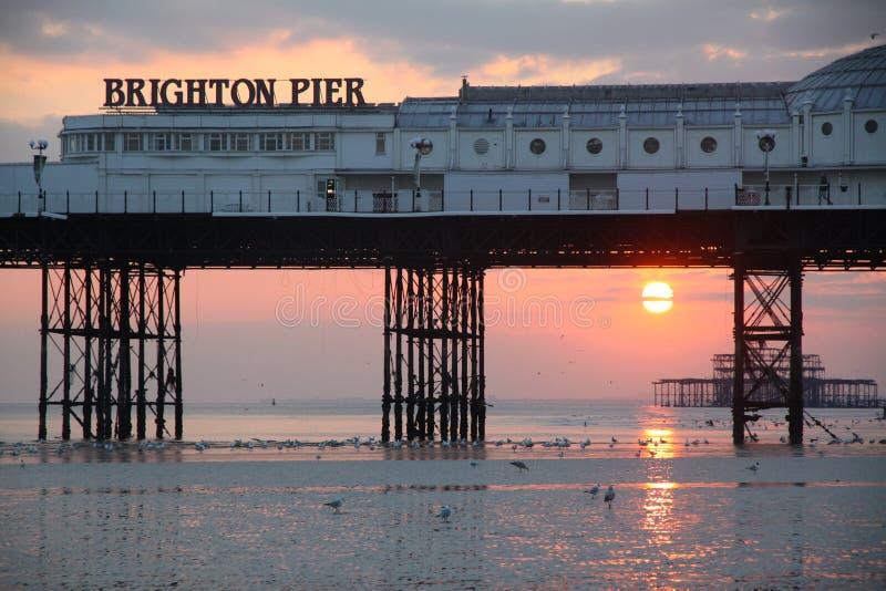 布赖顿码头和海滩与好的日落 免版税库存照片