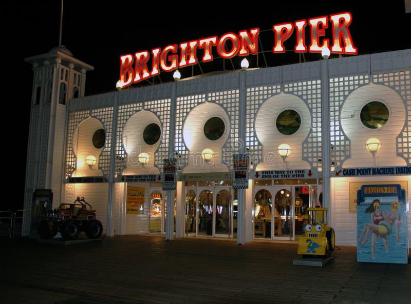 布赖顿码头娱乐拱廊在晚上 库存图片