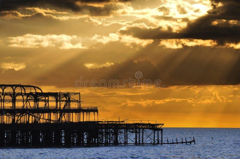 布赖顿西方码头的日落 库存照片