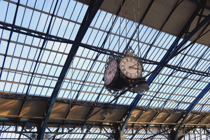 布赖顿,东萨塞克斯郡,英国- 2018年11月13日:在布赖顿火车站里面的历史的维多利亚女王时代的时钟 图库摄影