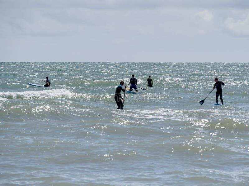 布赖顿,东部SUSSEX/UK - 5月24日:人在增殖比的桨搭乘 图库摄影