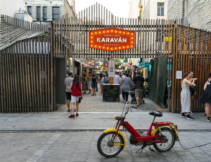 布达佩斯、匈牙利/欧洲;03/07/2019:Karaván Street Food,匈牙利布达佩斯Szimpa Kert旁边有典型产品的市场 库存图片