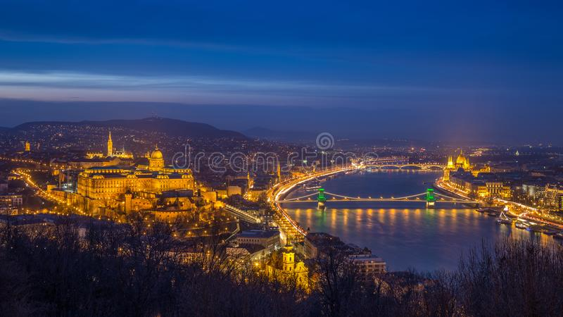 布达佩斯、有Szechenyi铁锁式桥梁的匈牙利-美丽的有启发性历史的王宫或布达城堡 库存照片