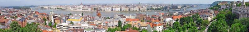 布达佩斯全景有铁锁式桥梁的在多瑙河和议会 免版税库存照片