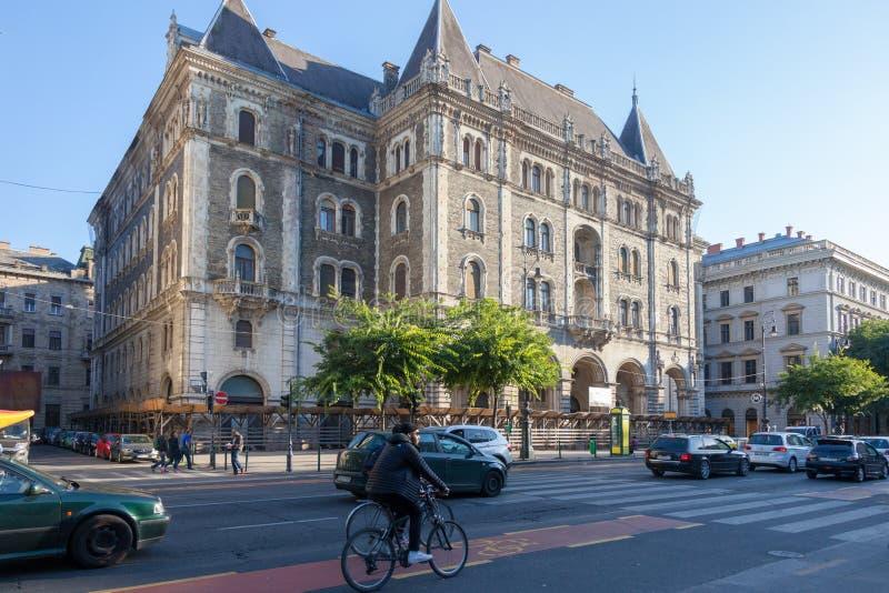 布达佩斯匈牙利 区域的美丽的景色,在地铁附近歌剧 图库摄影