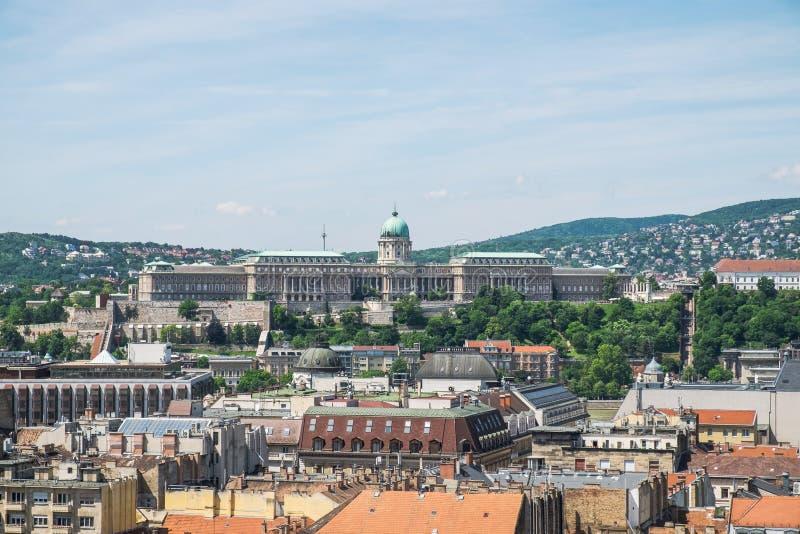 布达佩斯和城堡从上面的奥斯陆王宫圣斯蒂芬的大教堂,布达佩斯全景  免版税库存照片