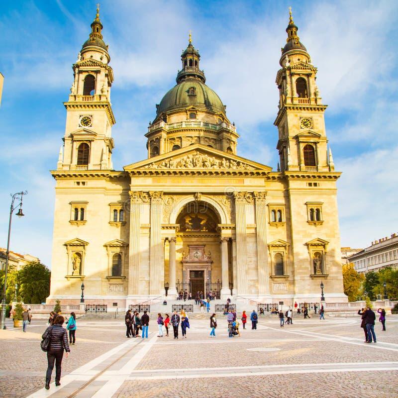 布达佩斯圣斯蒂芬的大教堂地标在布达佩斯,匈牙利和人们临近它 图库摄影