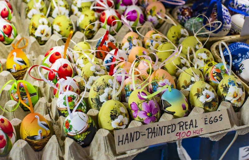 布达佩斯大主要市场,地方参观纪念品辣椒粉的香肠购买的游人  库存照片