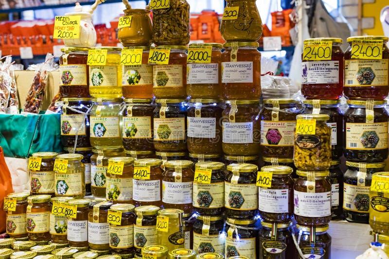 布达佩斯大主要市场,地方参观纪念品辣椒粉的香肠购买的游人  图库摄影