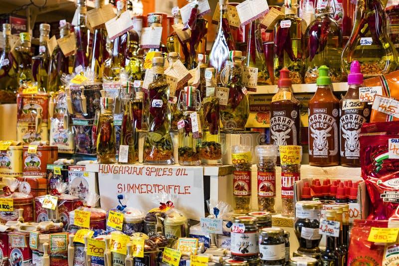 布达佩斯大主要市场,地方参观纪念品辣椒粉的香肠购买的游人  库存图片