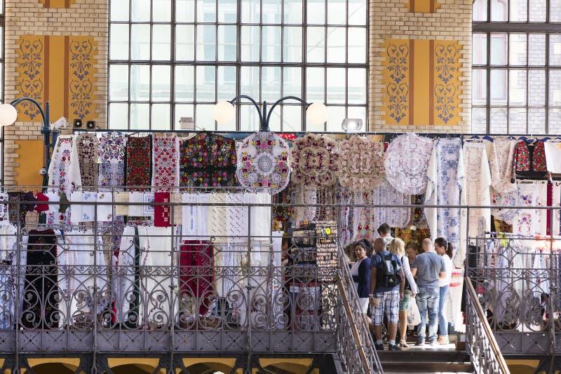 布达佩斯大主要市场,地方参观纪念品辣椒粉的香肠购买的游人  免版税库存图片