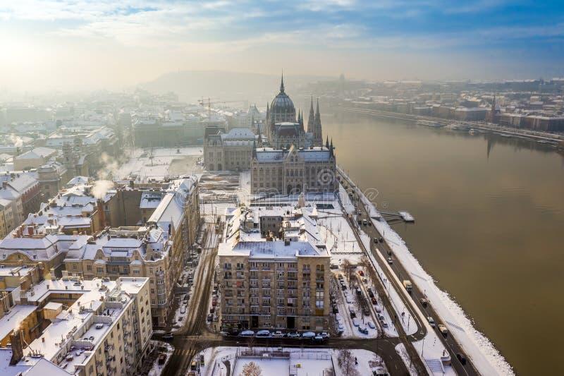 布达佩斯布达佩斯,匈牙利-斯诺伊屋顶科苏特广场的有匈牙利的议会的 免版税库存图片