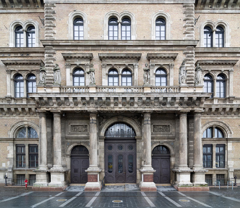 布达佩斯布达佩斯,匈牙利Corvinus大学的门面  图库摄影