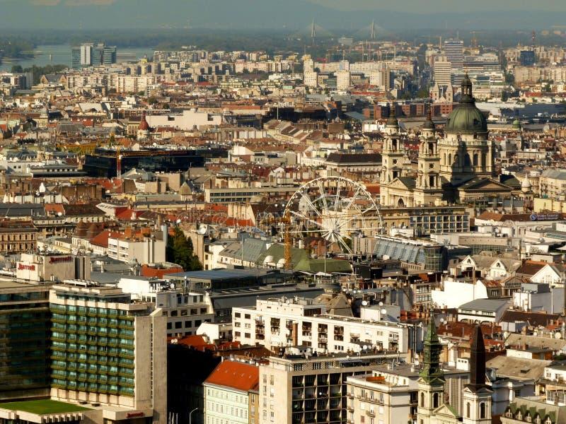 布达佩斯弗累斯大转轮和屋顶鸟瞰图 免版税库存图片