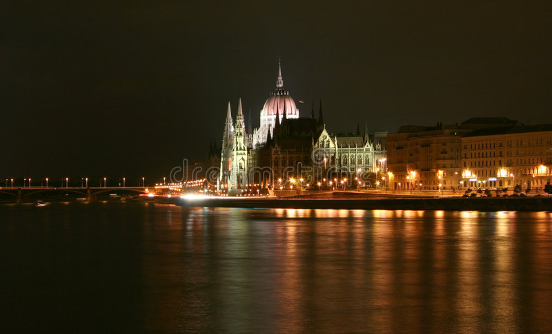 布达佩斯议会侧视图 库存照片