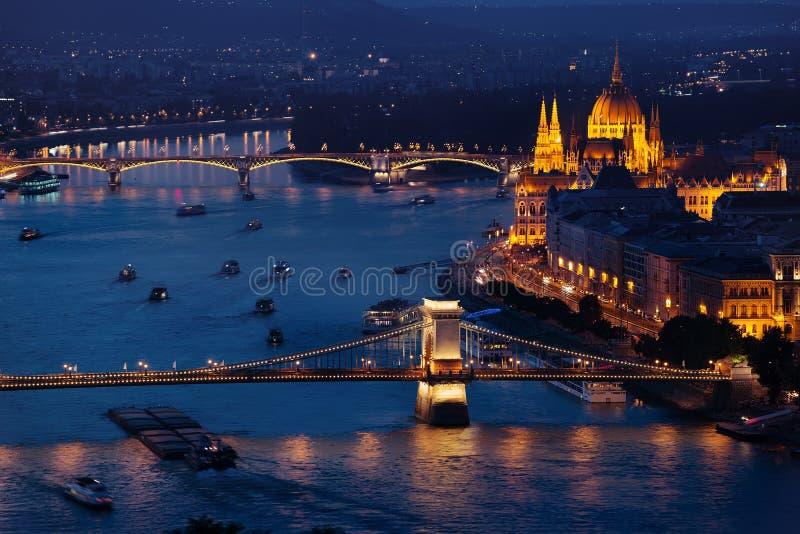布达佩斯议会和著名桥梁 免版税库存图片