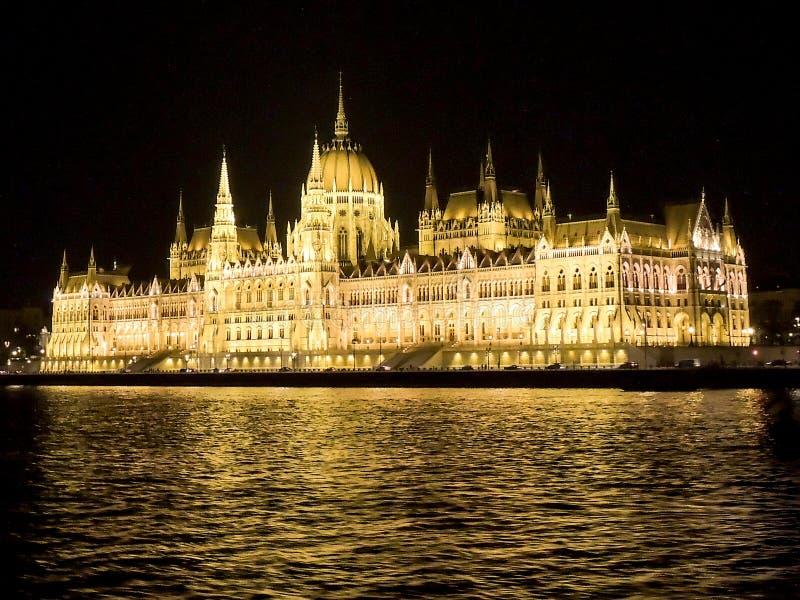 布达佩斯议会大厦在晚上,多瑙河,匈牙利 免版税库存图片