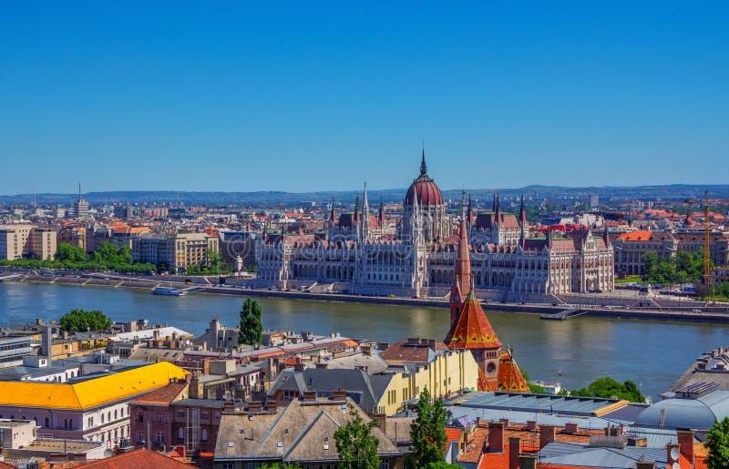 布达佩斯鸟瞰图和美丽的议会大厦和多瑙河 免版税图库摄影