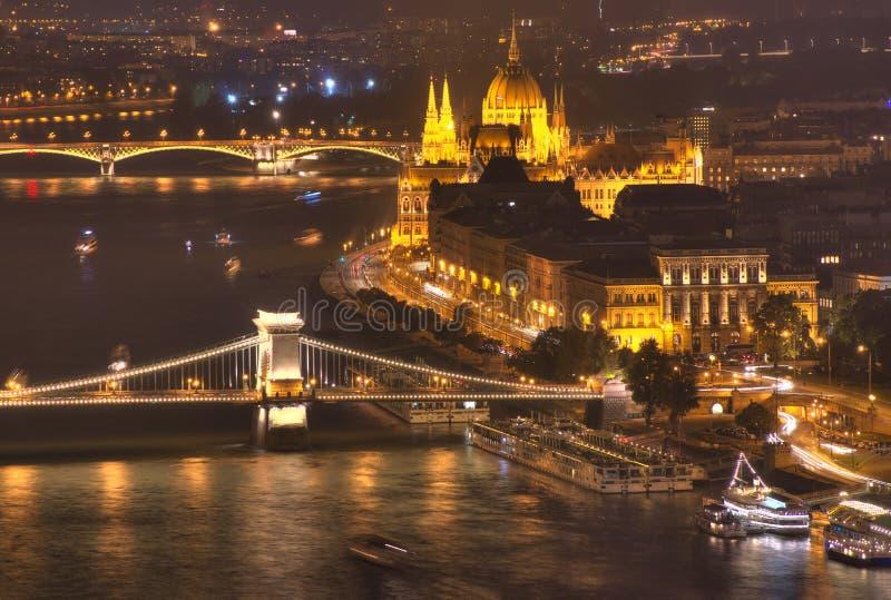 布达佩斯,匈牙利,布达佩斯议会,铁锁式桥梁,多瑙河-夜图片 库存照片