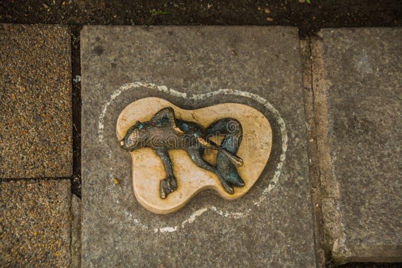 布达佩斯,匈牙利:小雕象微型矮小的死的青蛙和手枪 对狗陆军中尉的科伦坡和纪念碑 免版税库存照片