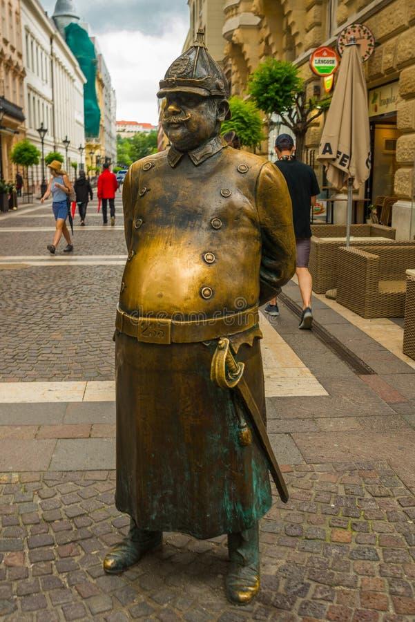 布达佩斯,匈牙利:沿兹里尼街位于的警察的雕象 库存照片