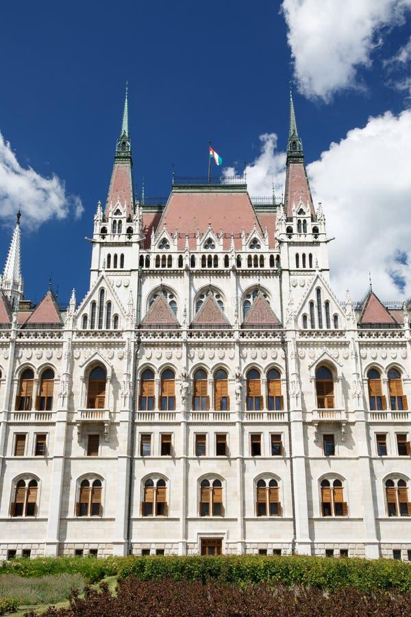 布达佩斯,匈牙利 与匈牙利旗子的议会大厦 免版税库存照片