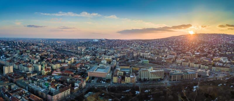 布达佩斯,匈牙利-全景空中地平线观点的布达佩斯的西部Buda边 免版税库存图片