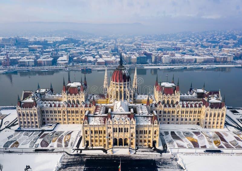 布达佩斯,匈牙利-匈牙利的议会的鸟瞰图在一个晴朗的冬天早晨 免版税库存照片