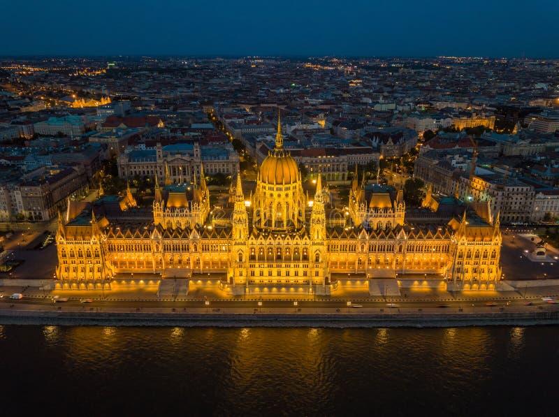 布达佩斯,匈牙利-匈牙利Orszaghaz的美好的被阐明的议会的鸟瞰图在蓝色小时 图库摄影