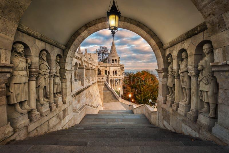 布达佩斯,匈牙利-在古老渔夫` s本营Halaszbastya的看法日出的 免版税库存图片